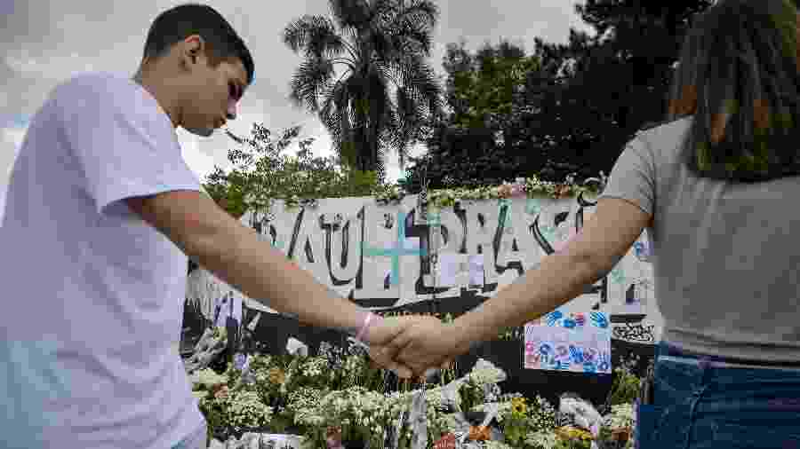 Culto ecumênico e abraço em torno da escola Raul Brasil homenagearam as vítimas - JULIEN PEREIRA/FOTOARENA/Estadão Conteúdo