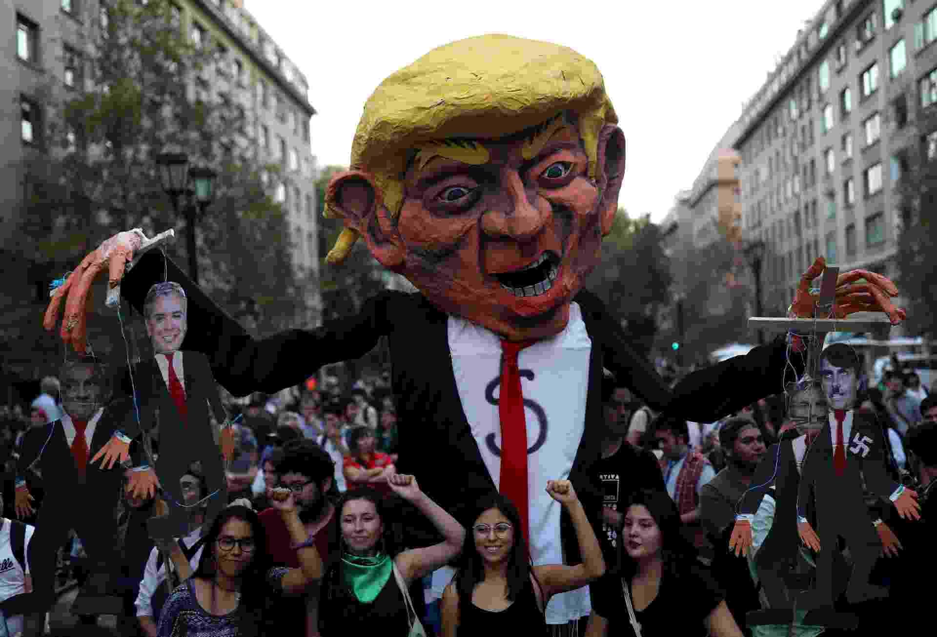 Manifestantes levaram boneco de Trump para protesto contra Bolsonaro em Santiago, capital chilena - REUTERS/Pablo Sanhueza