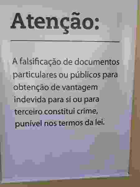 Banner com alerta contra fraudes instalado pela Vale em um dos postos de saúde de Brumadinho - Reprodução/Redes sociais