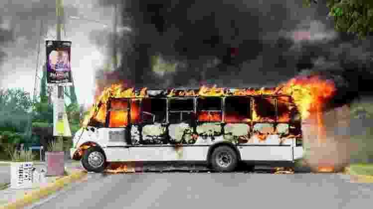 Traficantes de drogas do cartel de Sinaloa queimaram ônibus para bloquear estrada em Culiacán - Reuters