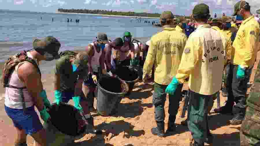 Militares da Marinha e agentes do Ibama trabalham para retirar óleo da foz do rio Jaboatão, em Pernambuco - Marinha