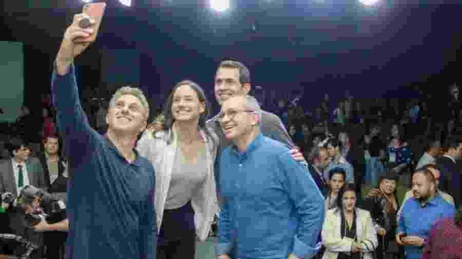 Luciano Huck e o ex-governador Paulo Hartung (de óculos) fazem selfie durante evento realizado em agosto em Vila Velha (ES) - Divulgação
