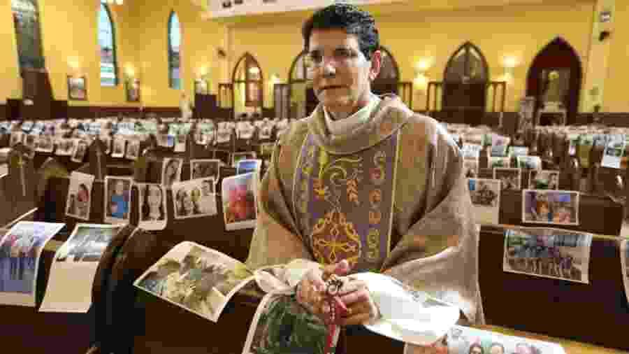 Padre Reginaldo Manzotti recebeu fotos de fiéis para tê-los presentes nas missão em Curitiba - Henrique Custódio / TV Evangelizar