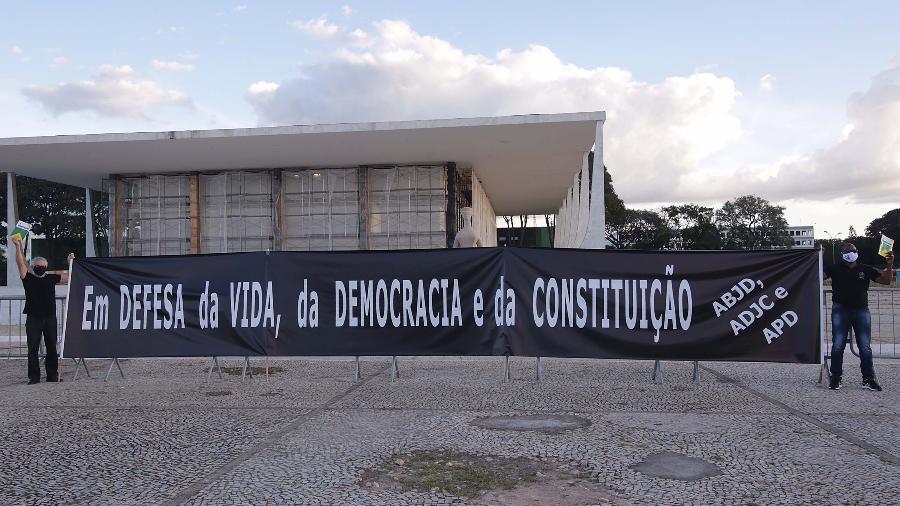 Manifestação de juristas em defesa do STF, no Palácio do Planalto, em Brasília (DF), nesta quarta-feira (13/05/2020) - Wallace Martins/Futura Press/Estadão Conteúdo