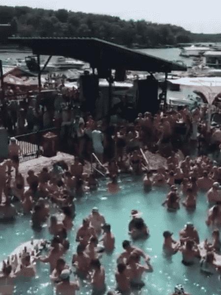 Autoridades pede para pessoas se isolarem após participarem de festa na piscina em Missouri, nos EUA. - Reprodução/Twitter/@scottpasmoretv