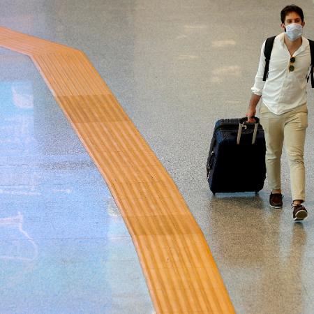 Passageiro no aeroporto Fiumicino, em Roma, na Itália; número de novos casos do coronavírus no país subiu pelo terceiro dia seguido - Guglielmo Mangiapane/Reuters