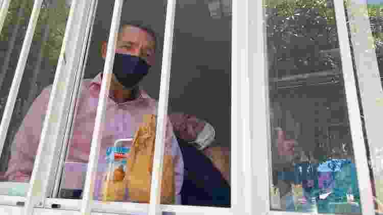 O autônomo Sandro Salustiano ao lado do pai, paciente internado no Hospital Federal de Bonsucesso - Tatiana Campbell/UOL - Tatiana Campbell/UOL