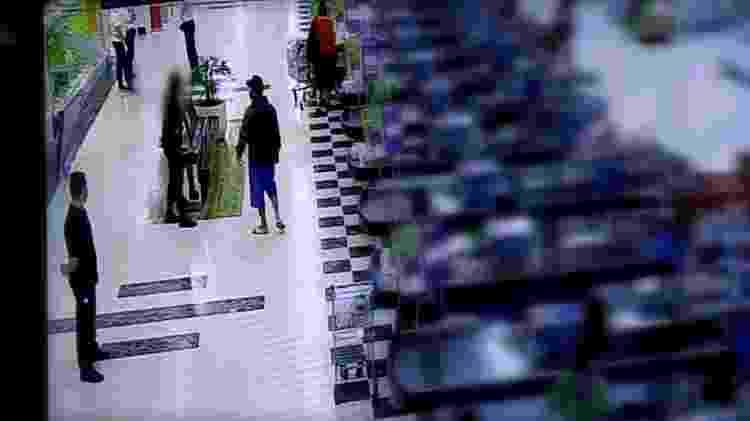 Beto se aproxima de uma fiscal de roupa preta perto dos caixas - Reprodução/ TV Globo - Reprodução/ TV Globo