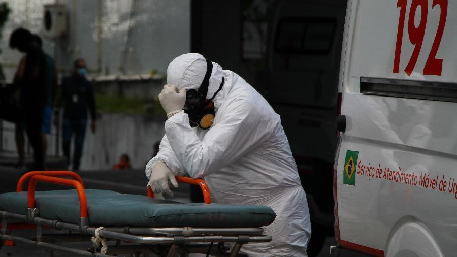 AM - RECORDE-MORTES-COVID-19 - GERAL - Profissional do Samu aguarda atendimento com paciente com Covid-19 dentro da Ambulância na frente do Hospital e Pronto Socorro 28 de Agosto, nesta segunda-feira (11) em Manaus (AM). O hospitais da capital seguem superlotados devido ao aumento de internações de Covid-19, Manaus bateu o recorde de enterros desde o início da pandemia no último domingo, com 144 sepultamentos. 11/01/2021 - Foto: EDMAR BARROS/FUTURA PRESS/FUTURA PRESS/ESTADÃO CONTEÚDO - EDMAR BARROS/ESTADÃO CONTEÚDO