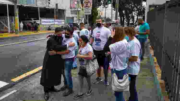 Advogado Campanini comemora a absolvição dos réus com familiares do guarda civil de Barueri Sergio Manhanhã  - Marcelo Oliveira/UOL - Marcelo Oliveira/UOL