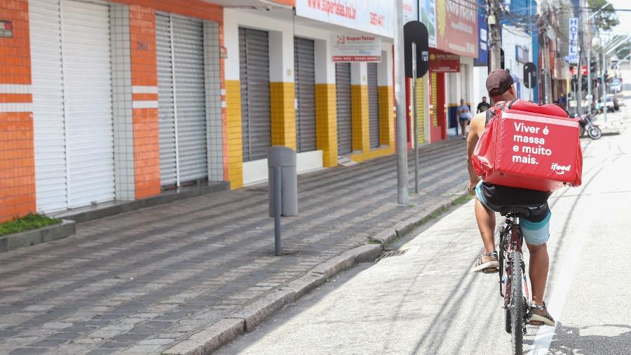 Comércios fechados em ruas de Curitiba (PR) após lockdown na cidade - GERALDO BUBNIAK/ESTADÃO CONTEÚDO