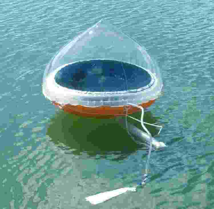 Callahan usou um purificador solar como esse, que converte água do mar em água potável: 'Levou um bom tempo para eu aprender a usá-lo, e produzir cerca de meio litro de água por dia' - REPRODUÇÃO - REPRODUÇÃO