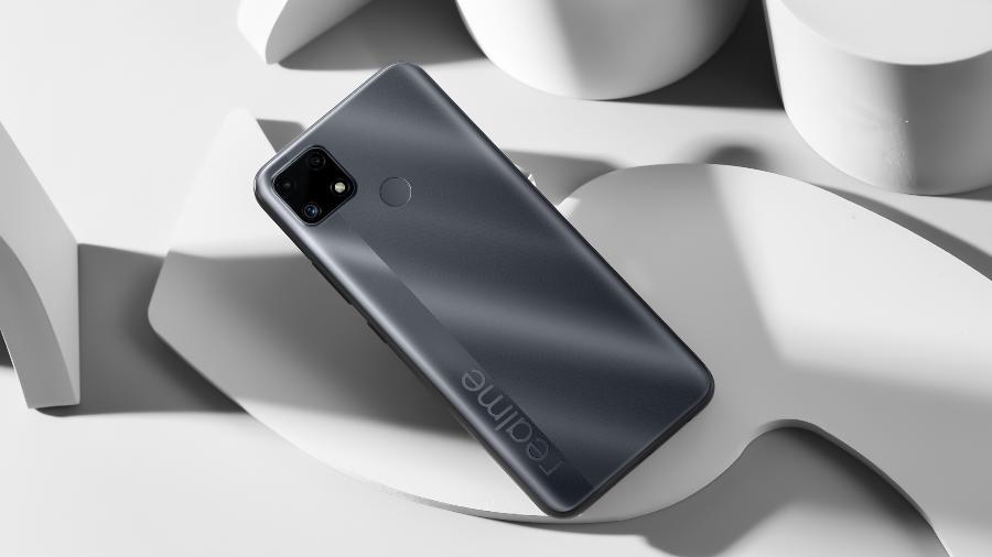 Celular Realme C25; repare que o sensor de biometria dele fica na traseira do dispositivo - Divulgação