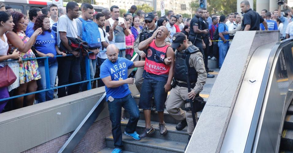 10.jul.2015 - Parente da vitima de latrocínio chega a estação de metrô Uruguaiana, no centro do Rio de Janeiro. Outras duas pessoas teriam sido feridas na ação. O criminoso fugiu do local