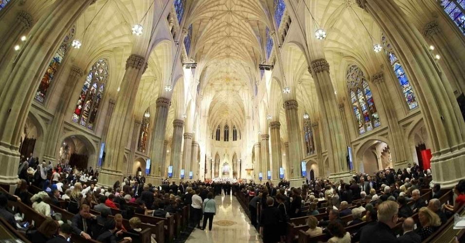 24.set.2015 - Paroquianos esperar a chegada do papa Francisco à Catedral de São Patrício, em Manhattan, Nova York (EUA). Francisco faz sua primeira visita como pontífice em Nova York, onde terá uma vasta agenda que incluirá grandes atos e um discurso ante líderes mundiais nas Nações Unidas