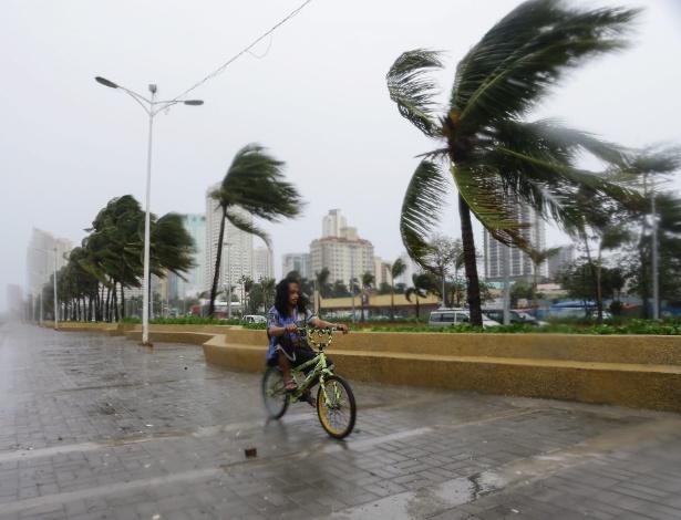 O tufão Koppu causou estragos por Manila, capital das Filipinas - Mark R. Cristino/EFE