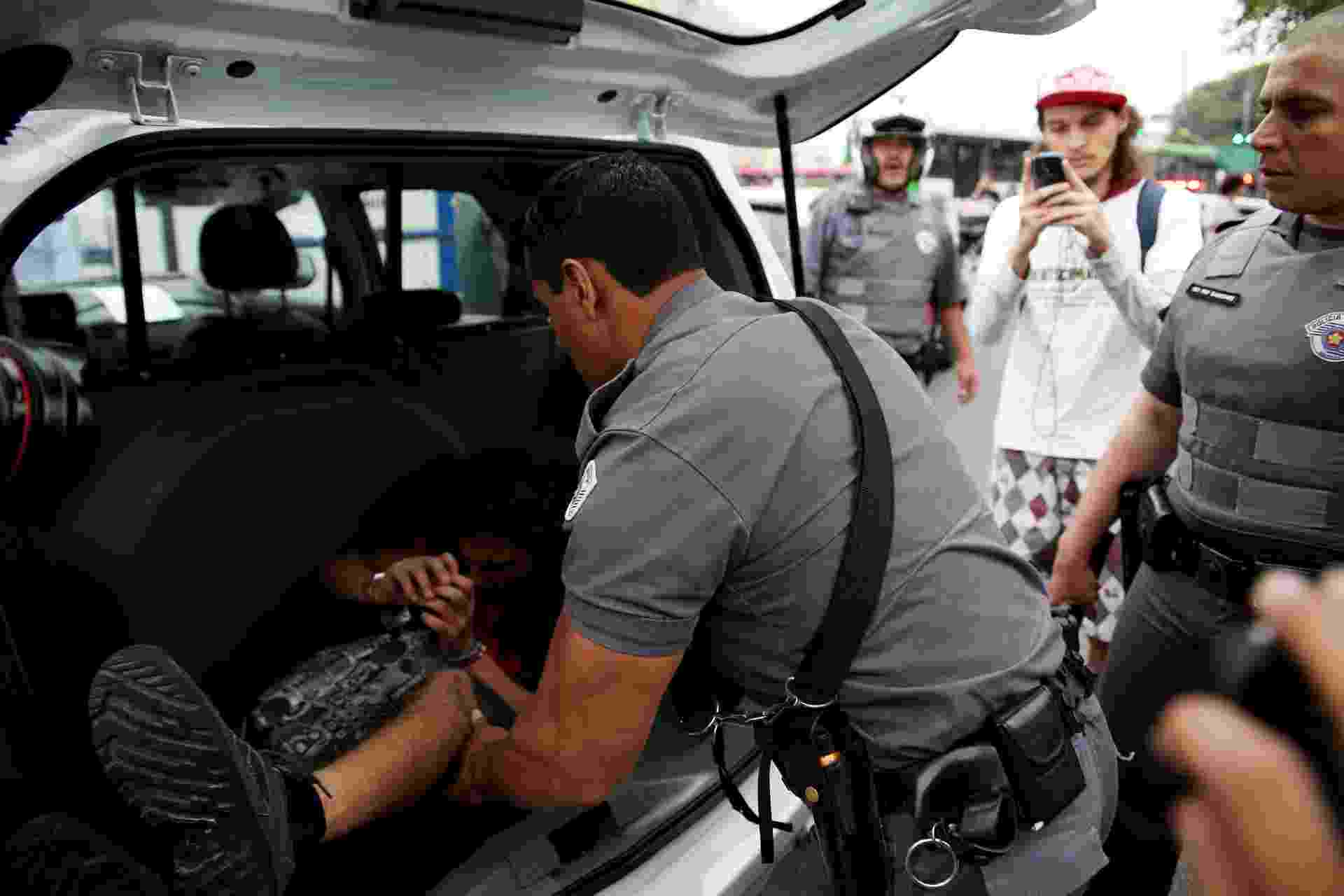 2.dez.2015 - Manifestante é detido durante protesto contra a reorganização escolar na avenida Doutor Arnaldo, na zona oeste de São Paulo. Jovem será encaminhado ao 23º DP (Perdizes). A confusão começou quando policiais militares retiraram cadeiras utilizadas pelos estudantes para fechar o sentido Sumaré da via - Renato S. Cerqueira/Futura Press/Estadão Conteúdo