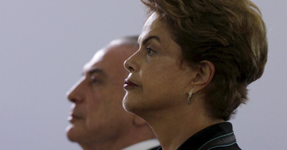 """16.dez.2015 - A presidente Dilma Rousseff e o vice-presidente Michel Temer participam de cerimônia militar no Clube do Exército, em Brasília. Foi o primeiro compromisso oficial público dos dois juntos, após a divulgação da carta de Temer a Dilma, dia 7 último, em que o peemedebista expressava descontentamento e dizia que a presidente não confiava nem nele nem no PMDB. Depois de Dilma e Temer cumprimentarem oficiais, a banda militar tocou a canção """"Amigos para sempre"""""""