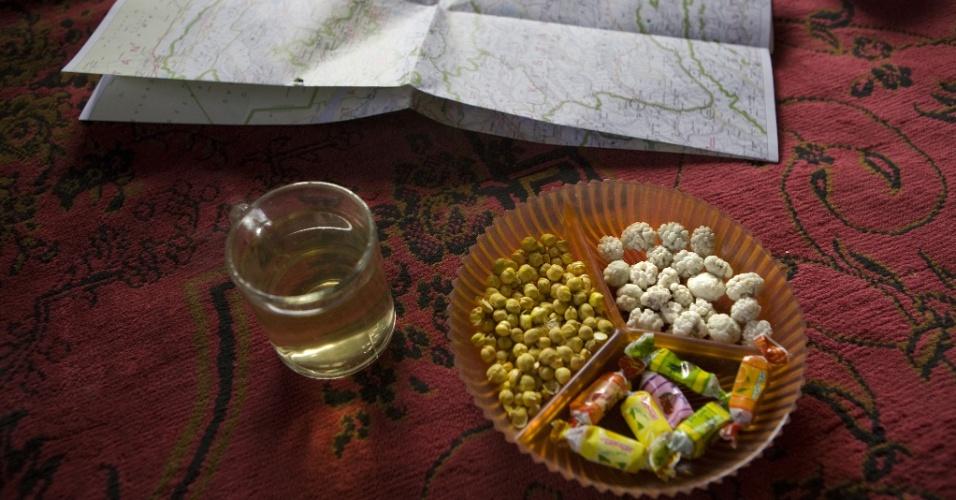 Sinta-se em casa. Petiscos e chá chai são servidos para convidados num lar afegão. Hospitalidade é parte da cultura do país, e hóspedes são considerados presentes de Deus
