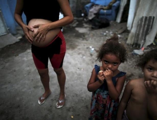 Mulher grávida ao lado dos filhos em Recife, capital de Pernambuco