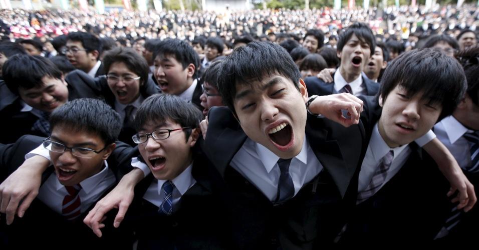 """25.fev.2016 - Estudantes japoneses gritam durante reunião em Tóquio organizada para levantar a moral de jovens que sairão em busca de emprego. Entre as frases ditas pelos alunos, está """"prometo me esforçar ao máximo para arranjar um trabalho"""""""
