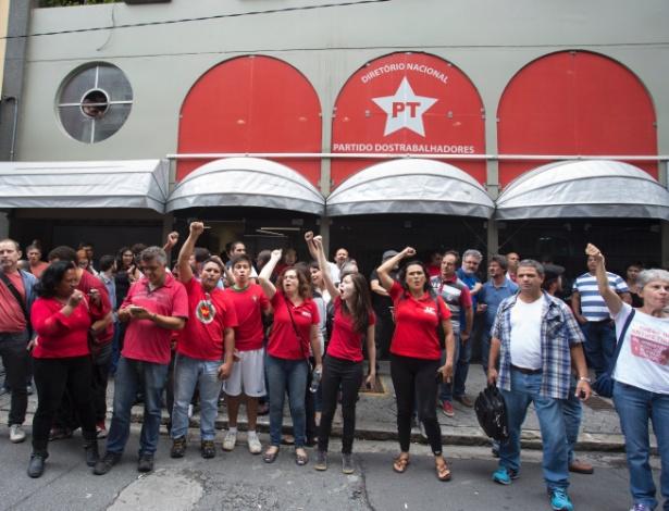 4.mar.2016 - Partidários do ex-presidente Luiz Inácio Lula da Silva (PT) se reúnem em frente ao diretório nacional do PT, em São Paulo. O ex-presidente é alvo de um dos mandados de condução coercitiva da 24ª fase da operação Lava Jato