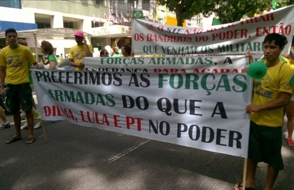 13.mar.2016 - Em Belém (PA), manifestantes seguram cartazes, neste domingo (13), pedindo a intervenção dos militares para tirar a presidente Dilma Rousseff (PT) do poder. Os protestos contra Dilma, o ex-presidente Lula e o PT acontecem em ao menos nove Estados e no Distrito Federal