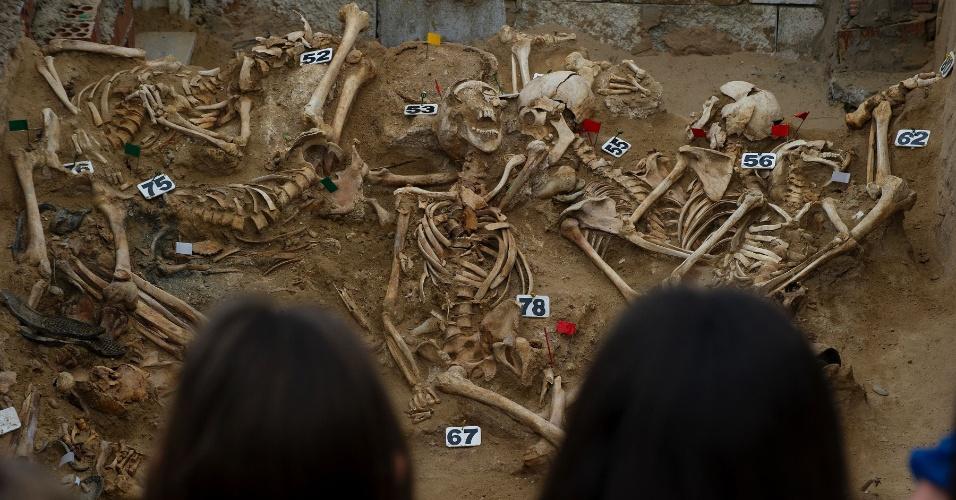 15.mar.2016 - Uma vala comum é estudada por arqueólogos no cemitério de San Roque, em Puerto Real, próximo a Cádiz, na Espanha. As escavações são financiadas pelo governo e determinaram que as execuções de centenas de homens e mulheres aconteceram entre os meses de julho, setembro e outubro de 1936. O projeto exumação gerido pela Memória Histórica de Puerto Real e financiado pela região da Andaluzia começou em junho de 2014 e está previsto para ser concluído em 2016
