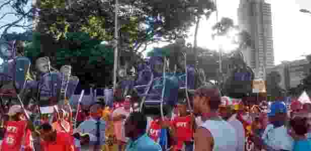 Manifestantes pró-governo caminham por Salvador (BA) carregando carrinhos de mão - Oneide Andrade da Costa/Via Whatsapp