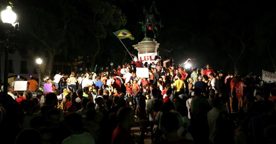 18.mar.2016 - Manifestantes permanecem concentrados na praça 15, no centro do Rio de Janeiro, em ato a favor da democracia e contra o impeachment da presidente Dilma Rousseff