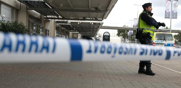 Policial faz segurança do terminal doméstico do aeroporto de Gotemburgo, na Suécia