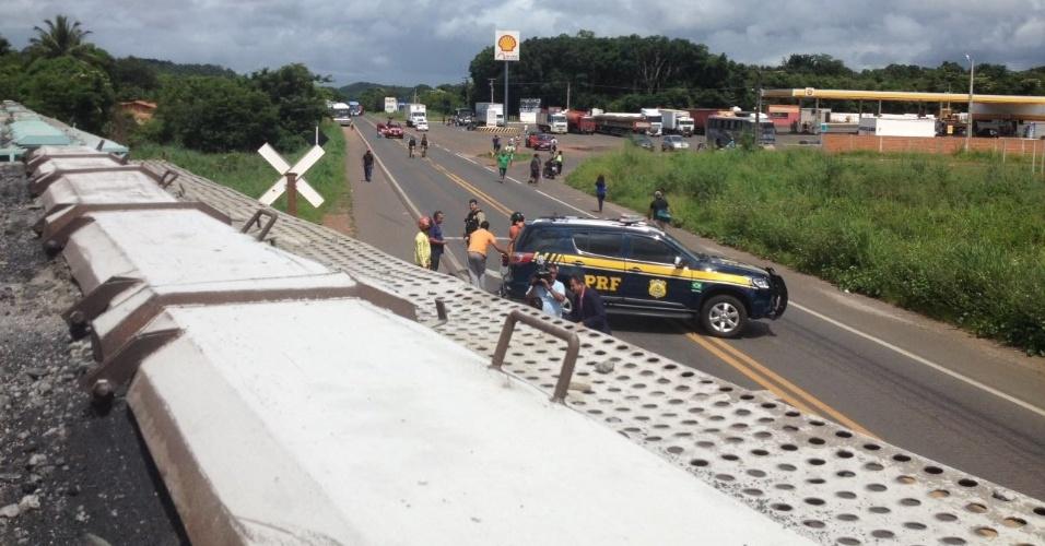 4.abr.2016 - Um trem carregado de combustível descarrilou da linha férrea no momento que atravessava a BR-343, entre Teresina e Altos (PI), na manhã desta segunda-feira (4), e interrompeu o trânsito de veículos. O trecho interditado da rodovia é a principal ligação entre a região norte do Estado e Teresina. Segundo a Polícia Rodoviária Federal, não houve ferido nem derramamento da carga. A liberação da rodovia ocorreu quase quatro horas depois do acidente