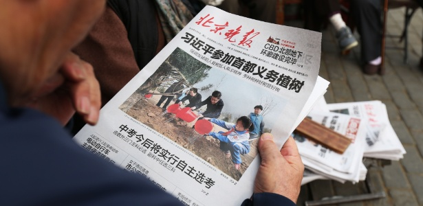 Jornal chinês omite escândalo do Panama Papers e mostra o presidente chinês, Xi Jinping (centro), plantando árvores