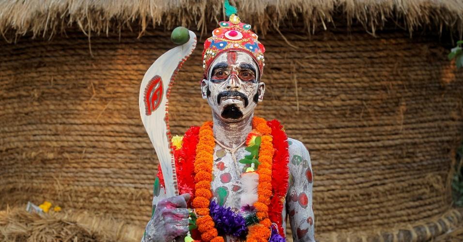 11.abr.2016 - Devoto com corpo pintado espera para fazer performance no festival anual Shiva Gajan, na aldeia de Sona Palasi, em Bengala Ocidental, na Índia. No evento, os participantes oferecem sacrifícios na esperança de ganhar favores do deus hindu Shiva e de garantir a realização de desejos. O festival também marca o fim do ano no calendário da etnia bengali