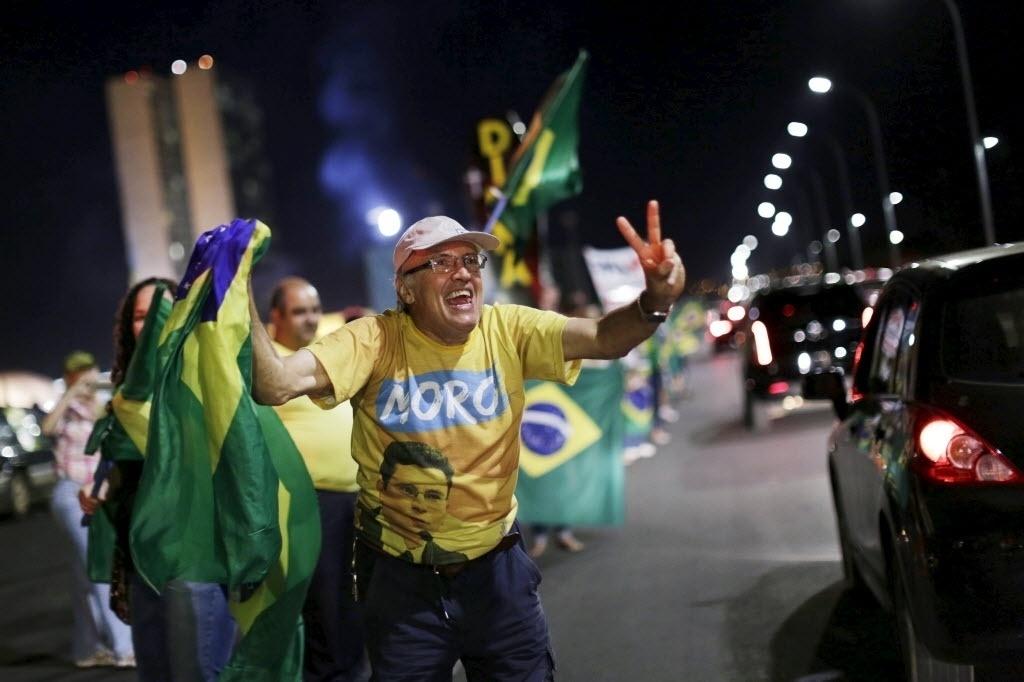 11.abr.2016 - Manifestantes a favor do impeachment da presidente Dilma Rousseff protestam em Brasília após votação da comissão especial que aprovou parecer favorável ao impeachment de Dilma