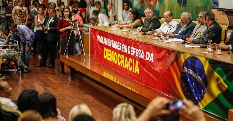 14.abr.2016 - Políticos e manifestantes fazem ato