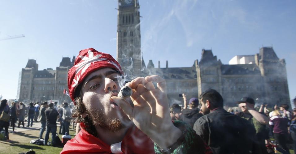 20.abr.2016 - Homem fuma maconha durante festival anual em frente à Colina do Parlamento em Ottawa, no Canadá. A data faz referência ao 4:20, código de referência ao consumo, e por isso foi escolhida para celebrar o Dia da Erva ou Dia da Maconha