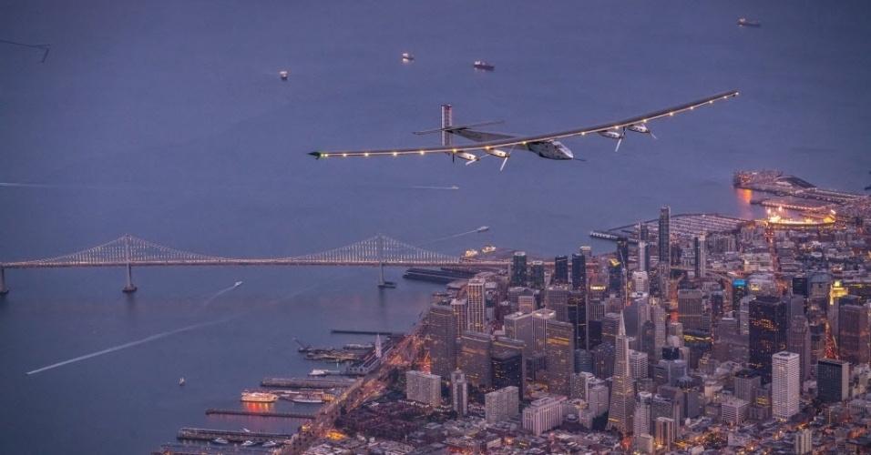 """24.abr.2016 - O avião Solar Impulse 2 sobrevoa San Francisco, Califórnia (EUA). O avião movido a a energia solar aterrissou na Califórnia após um voo de três dias sobre o oceano Pacífico, como parte de sua viagem ao redor do mundo. O piloto Bertrand Piccard conseguiu pousar o """"Solar Impulse 2"""" em Mountain View, no Vale do Silício, sul de São Francisco, após 62 horas voando sem escalas"""