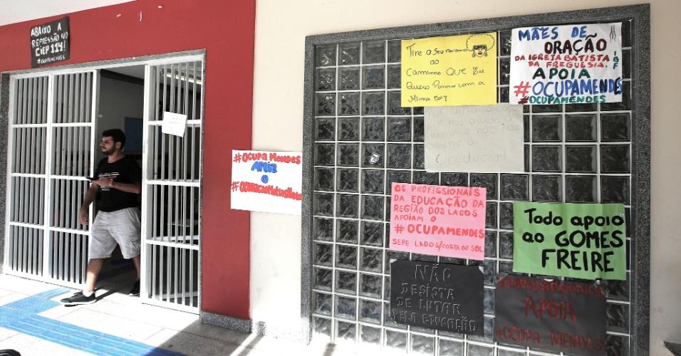 20.abr.2016 - Cartazes de apoio à ocupação do Colégio Estadual Prefeito Mendes de Moraes foram colados na entrada da escola
