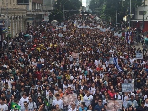 21.mai.2016 - Milhares de curitibanos foram às ruas do centro da cidade na manhã deste sábado para participar da Marcha para Jesus. Várias ruas foram bloqueadas para a realização do evento religioso, de maioria evangélica