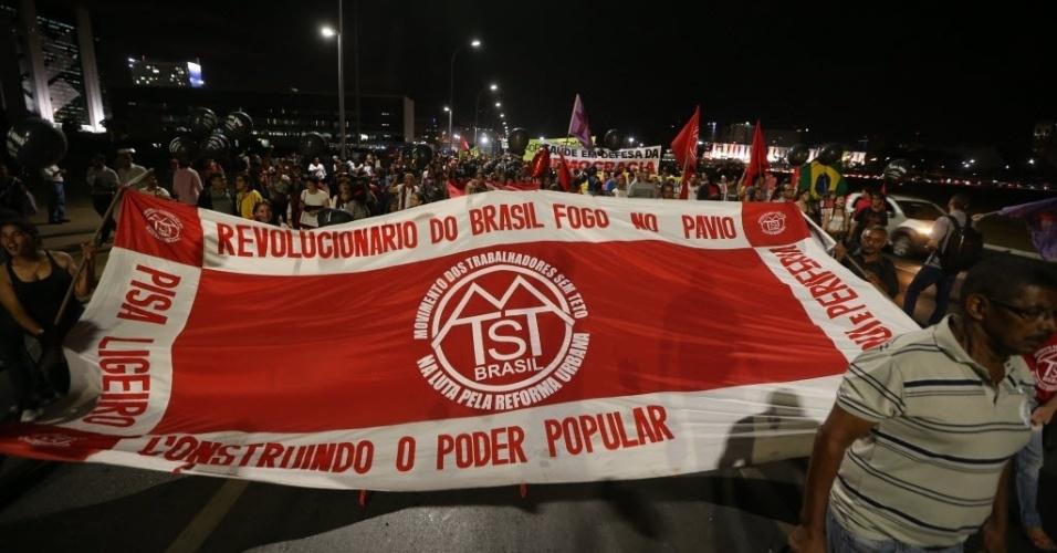 10.jun.2016 - Manifestantes protestam contra o governo do presidente interino Michel Temer na Esplanada dos Ministérios, em Brasília. Cidades de ao menos 15 Estados das cinco regiões do Brasil receberam protestos contra o governo interino