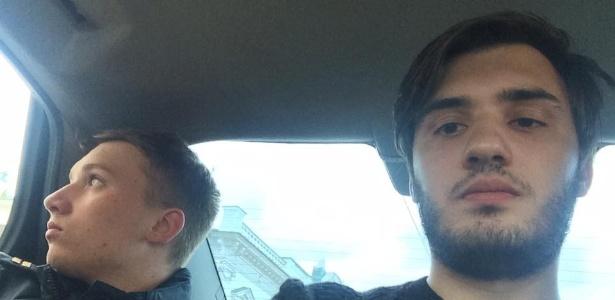 Giuckman e Abdullabeckov sendo levados a uma delegacia depois da homenagem