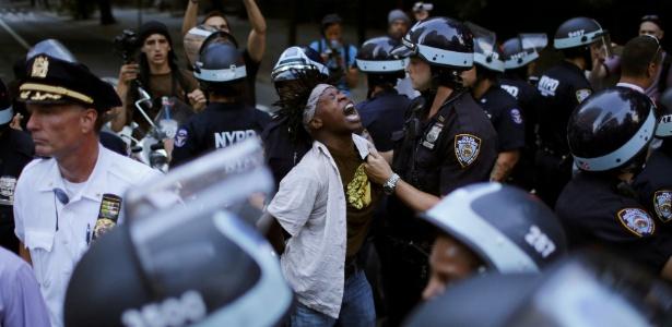 Manifestante é detido pela polícia de Nova York durante protesto pela morte de negros por policiais