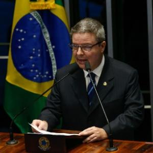 9.ago.2016 - O senador Antonio Anastasia participa de sessão que vai votar o parecer favorável ao impeachment de Dilma Rousseff. Anastasia foi o relator do processo de impeachment no Senado