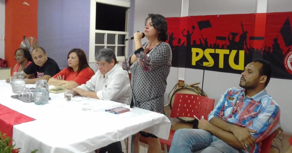 9.ago.2016 - Vanessa Portugal (com o microfone) foi a indicada como candidata à Prefeitura de Belo Horizonte pelo partido PSTU. A candidata a vice-prefeita é Firminia Rodrigues