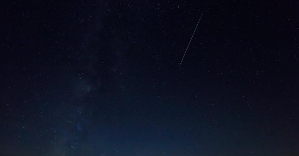 12.ago.2016 - Chuva de meteoros Perseidas, ilumina o céu de Burgos, na Espanha. O fenômeno, que ocorre anualmente no mês de agosto, foi estimado como mais brilhante em anos e só deve ocorrer de forma semelhante em 2028