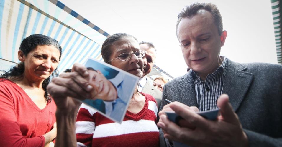 18.ago.2016 - Celso Russomanno, candidato do PRB à Prefeitura de São Paulo, também escolheu uma feira livre para o corpo a corpo com eleitores paulistanos. A atividade de campanha foi no bairro do Limão, na zona norte da capital paulista, onde autografou fotos suas