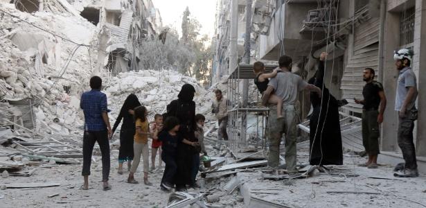 Família síria deixa área de al-Muasalat após bombardeio em Aleppo
