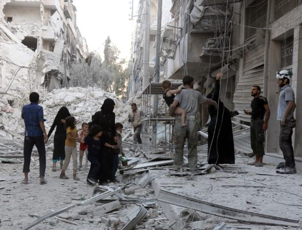 Família síria deixa área de al-Muasalat após bombardeio em Aleppo, na Síria
