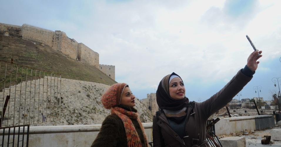 17.dez.2016 - Mulheres tiram uma selfie em área de Aleppo cujo acesso foi permitido após ser retomada pelas forças pelo governo sírio